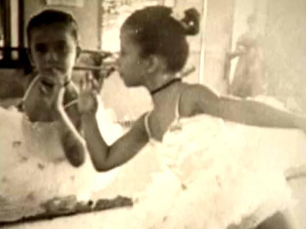 Imagem mostra que Beth Carvalho tinha inclinação artística desde criança (Foto: Reprodução/TV Globo)