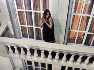 Vânia é esquecida na varanda (Foto: Guerra dos Sexos / TV Globo)