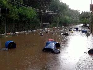 Morador registra sacos de lixo boiando em avenida alagada em Americana (Foto: Reprodução / EPTV)