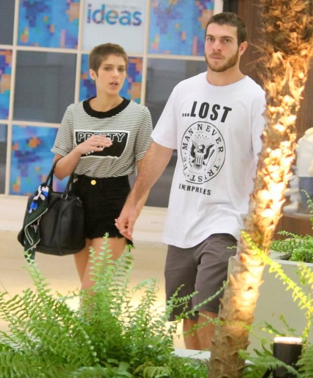 Isabella Santoni com o namorado (Foto: AGNEWS )