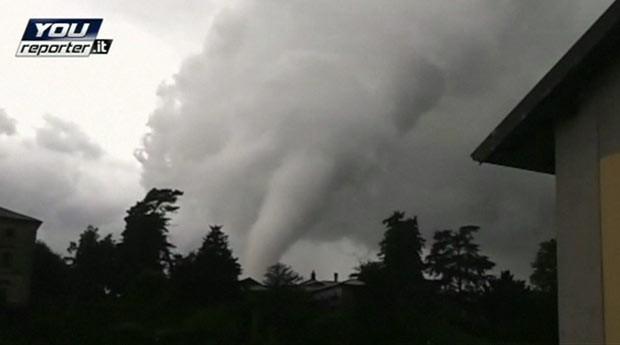 Tornado fere 12 e causa devastação em Milão (Foto: BBC)