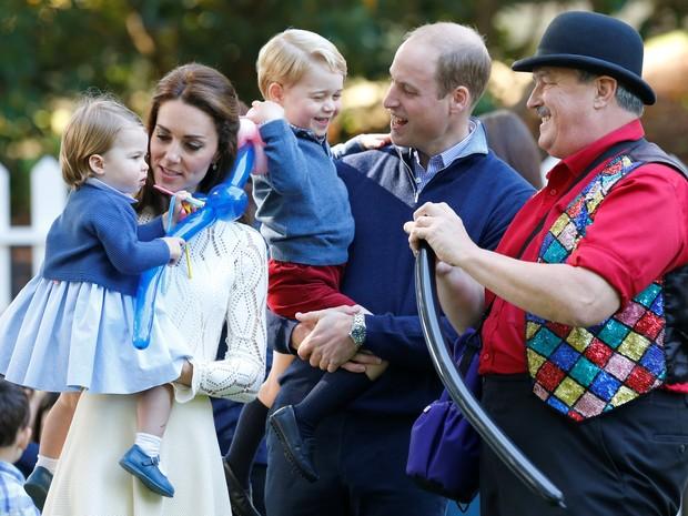 Príncipe William e a duquesa de Cambridge, Kate Middleton, levam filhos a festa infantil no Canadá (Foto: REUTERS/Chris Wattie)