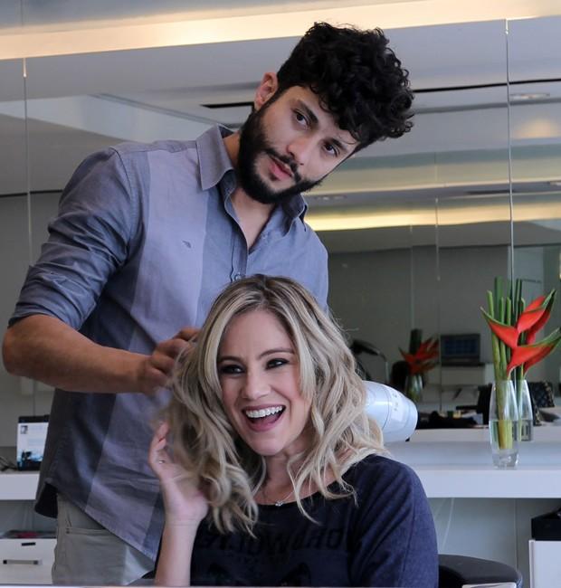 O cabeleireiro Diego Queiroz e a atriz Juliana Baroni (Foto: Leo Muniz)