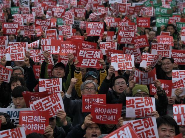 População faz manifestação neste sábado (5) para pedir a renúncia da presidente da Coreia do Sul, Park Geun-Hye (Foto: Ed Jones/AFP)