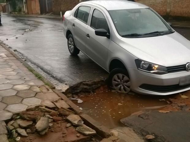 Carro afunda em asfalto na rua Santa Generosa com Alves Seabra em Bauru (Foto: Divulgação/Emdurb)