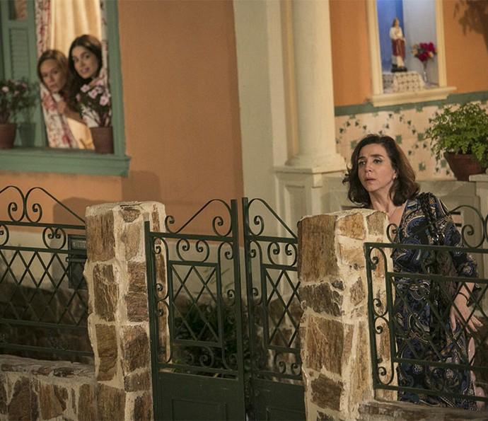 Francesca leva um susto ao se dar conta de que as filhas viram tudo (Foto: Raphael Dias)