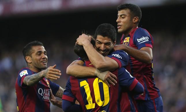 Daniel Alves, Messi, Suárez e Rafinha celebram gol do Barcelona