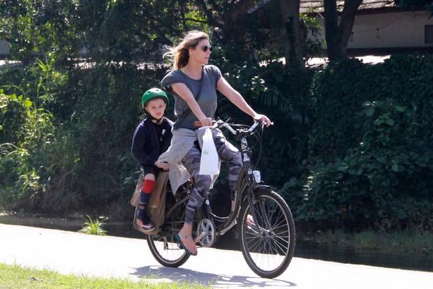 Fernanda Lima com o filho (Foto: Ag. News)