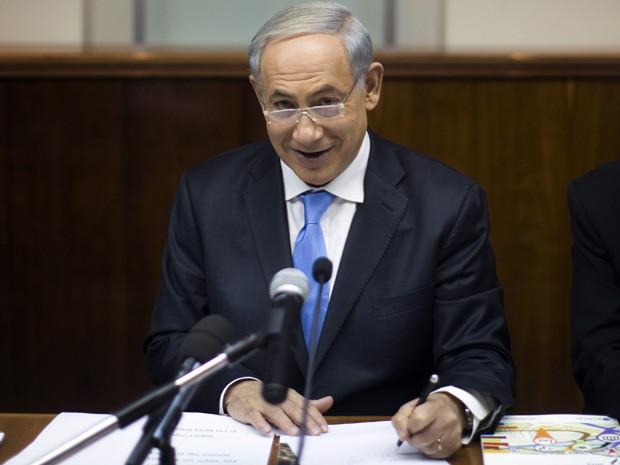 O primeiro-ministro israelense, Benjamin Netanyahu, lidera a reunião semanal de gabinete em seu escritório em Jerusalém, neste domingo (Foto: Uriel Sinai/AFP)