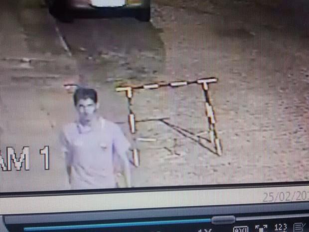 Outro suspeito foi flagrado por câmeras de segurança localizadas na rua onde carro usado por criminosos foi encontrado (Foto: Divulgação/Polícia Civil)