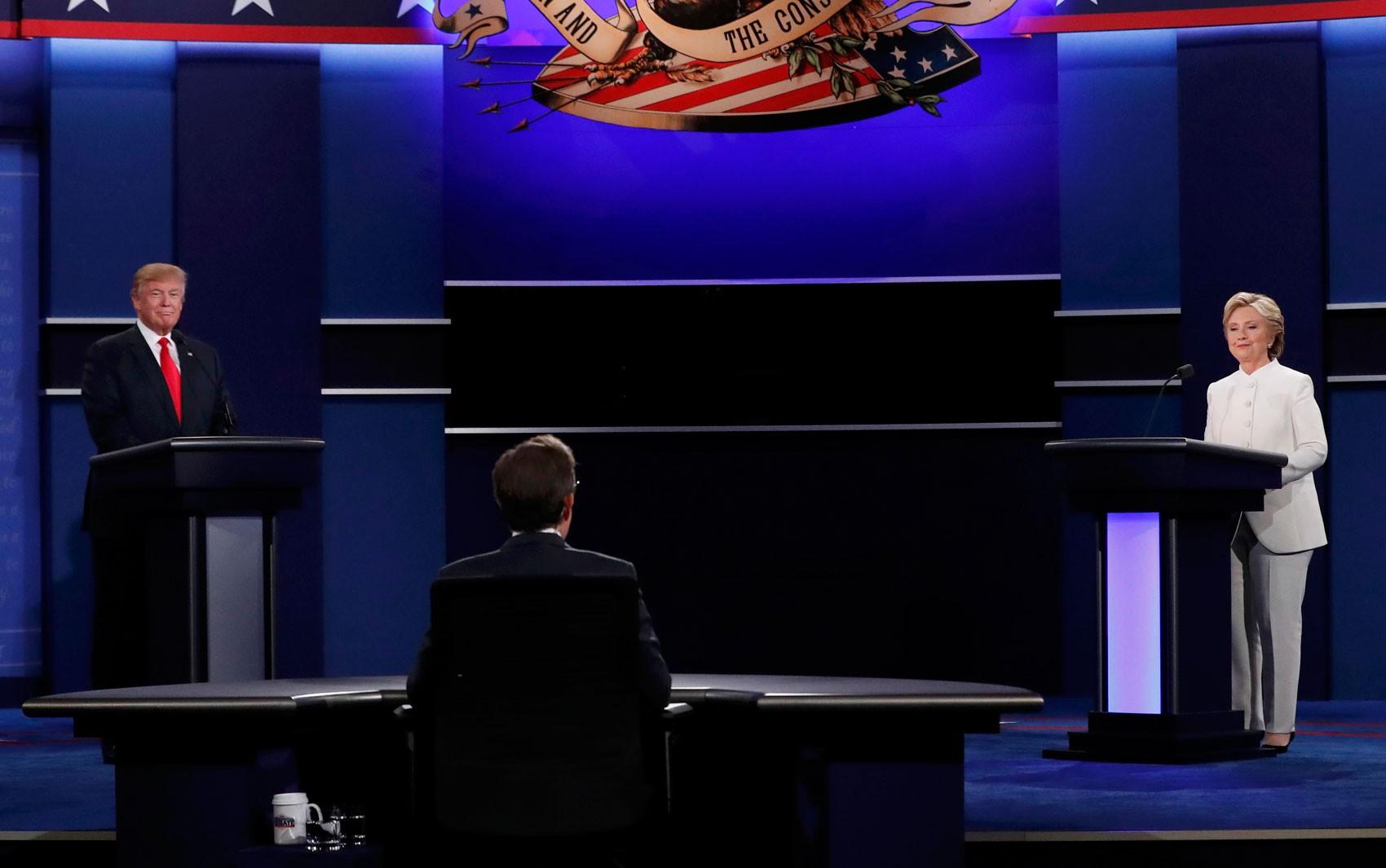 Donald Trump e Hillary Clinton participam do terceiro e último debate presidencial na Universidade de Nevada, em Las Vegas, na quarta (19) (Foto: Reuters/Mike Blake)