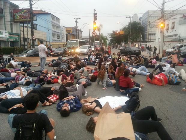 Estudantes realizam protesto contra a morte de um funcionário da Unifesp em Santos (Foto: Solange Freitas/TV Tribuna)