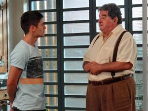 Vicente se abre com o neto a respeito do passado de Laura (Foto: Gabriela Duarte/ Gshow)
