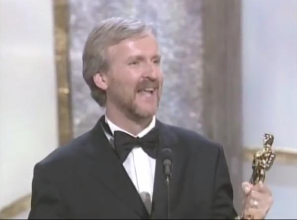 O cineasta James Cameron com o Oscar de Melhor Diretor vencido por ele na cerimônia de 1998 (Foto: YouTube)