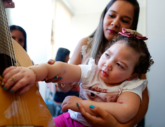 Ana Paula Dias,25,frequenta a Apae Anápolis,em Goiás,desde que Heloísa,2 tinha três meses (Foto:  Sérgio Lima/ÉPOCA)
