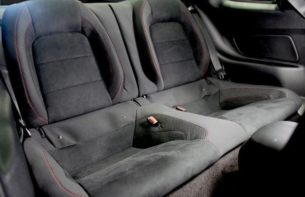 Assentos traseiros opcionais para o Mustang Shelby GT350R (Foto: Divulgação)