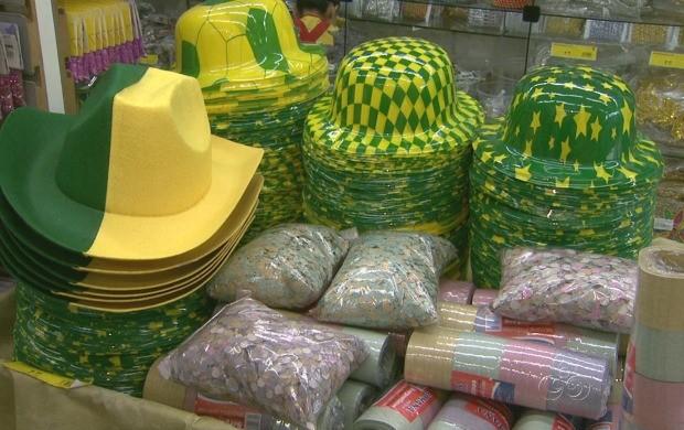 Adereços relacionados à Copa do Mundo fazem sucesso nas lojas (Foto: Amazonas TV)