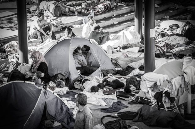Foto mostra casal de refugiados se beijando dentro de tenda em acampamento temporário na estação de trem de Keleti, em Budapeste, na Hungria (Foto: István Zsíros/istockphoto.com)