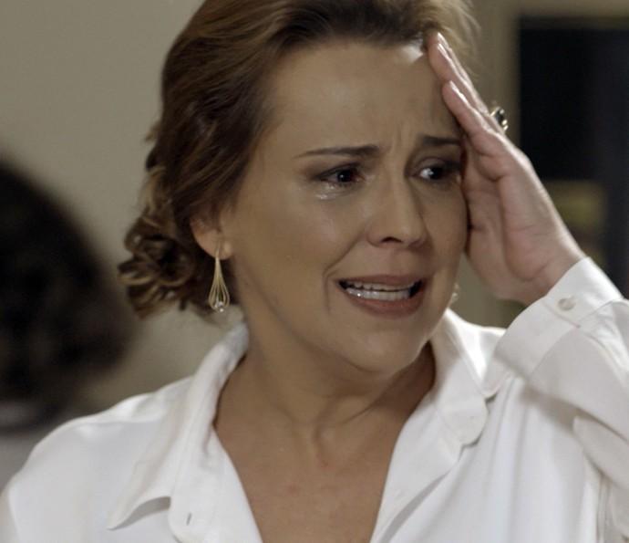 Emília conta para Vitória que ela é sua mãe  (Foto: TV Globo)
