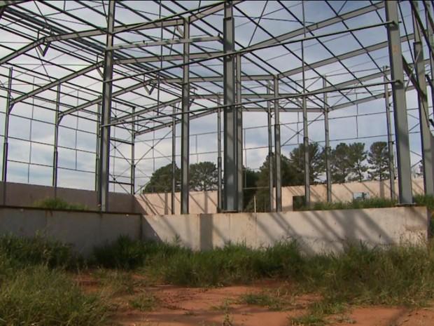 Apenas a estrutura metálica do barracão da COAF foi erguida no terreno doado pela prefeitura em Bebedouro, SP (Foto: Reprodução/EPTV)