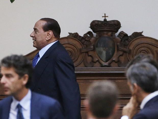 Sivlio Berlusconi deixa sua residência em Roma um dia após ser condenado pela justiça italiana. (Foto: Gregorio Borgia/AP)