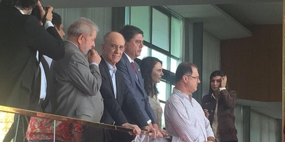 Lula observa pronunciamento de Dilma após impeachment (Foto: Reprodução)