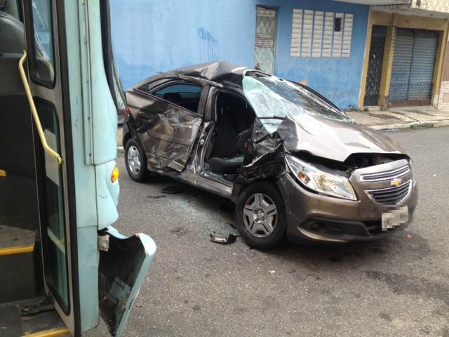Carro foi arrastado por ônibus no Centro de Fortaleza (Foto: Taís Lopes/TV Verdes Mares)