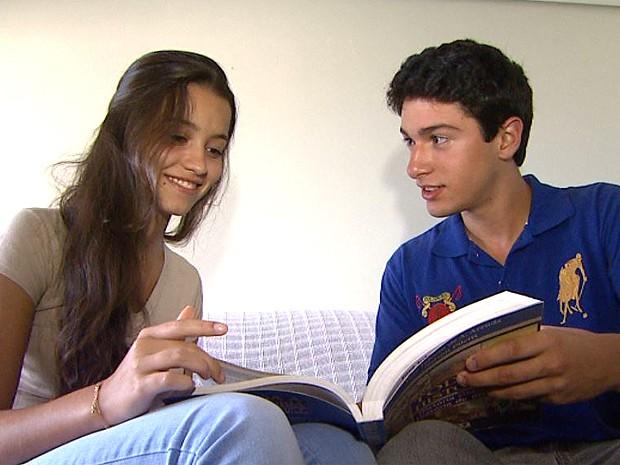 O casal Larissa e Matheus celebram juntos a aprovação em 21 universidades (Foto: Maurício Glauco/EPTV)