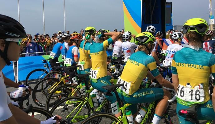 Sacos de gelo foram usados para amenizar o calor das atletas (Foto: Cleber Akamine)