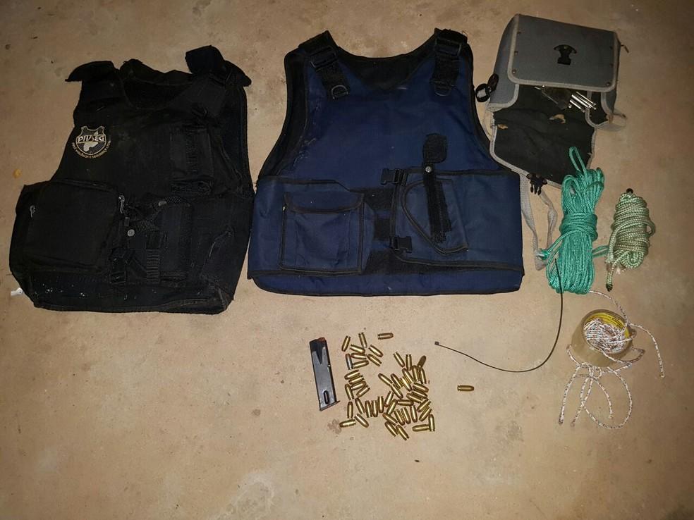 Coletes, munições e armas foram apreendidos com a quadrilha (Foto: Divulgação/PM-PI)