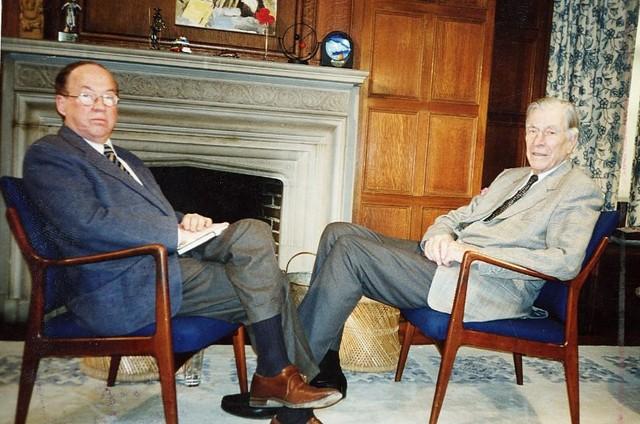 Entrevista de Paulo Francis com o economista John Kenneth Galbraith na estreia da GloboNews (Foto: Divulgação)