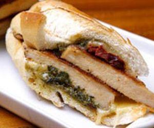 Sanduíche de frango com pasta de queijo