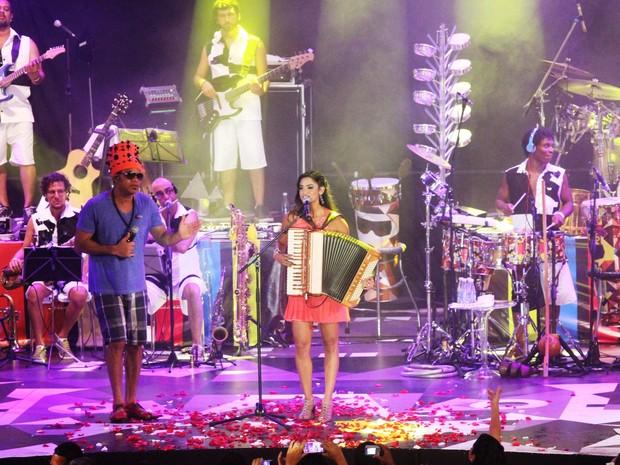 Carlinhos Brown recebeu a pernambucana Lucy Alves no Museu do Ritmo, no domingo (12) (Foto: Edgar de Souza)