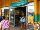 Assaltantes invadem supermercado e roubam arma de vigilante, diz PM-AM