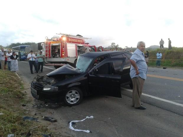 Carona do outro veículo Gol morreu no local do acidente, na Serra, Espírito Santo. (Foto: André Falcão/TV Gazeta)