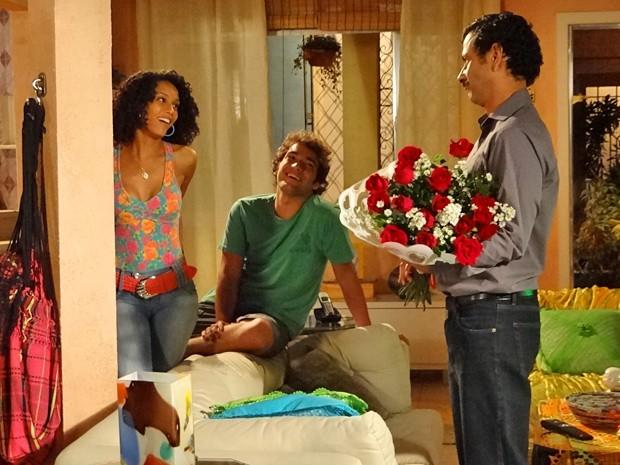 Sandro dá um tapa no visual e leva flores para Penha (Foto: Cheias de Charme/ TV Globo)