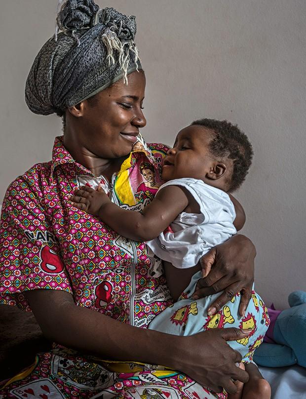 Estefânia e o filho Daniel, nascido no Rio. Ele garantiu a permanência dela no país (Foto: André Vieira)