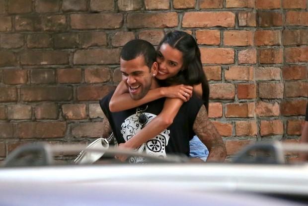 Daniel Alves e Joana Sanz (Foto: AgNews)