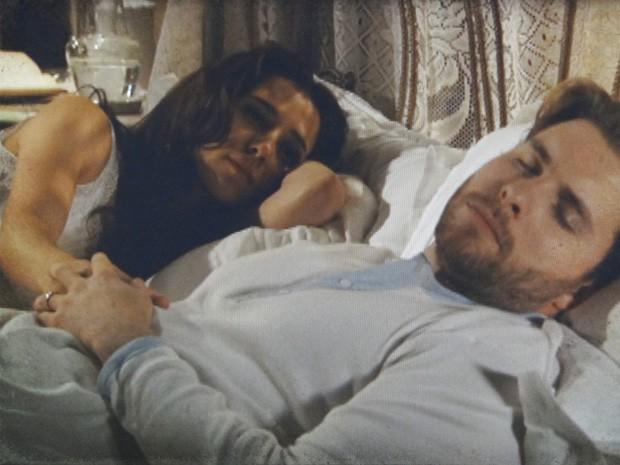 Laura tenta se aproximar de Edgar na hora de dormir (Foto: Lado a Lado / TV Globo)