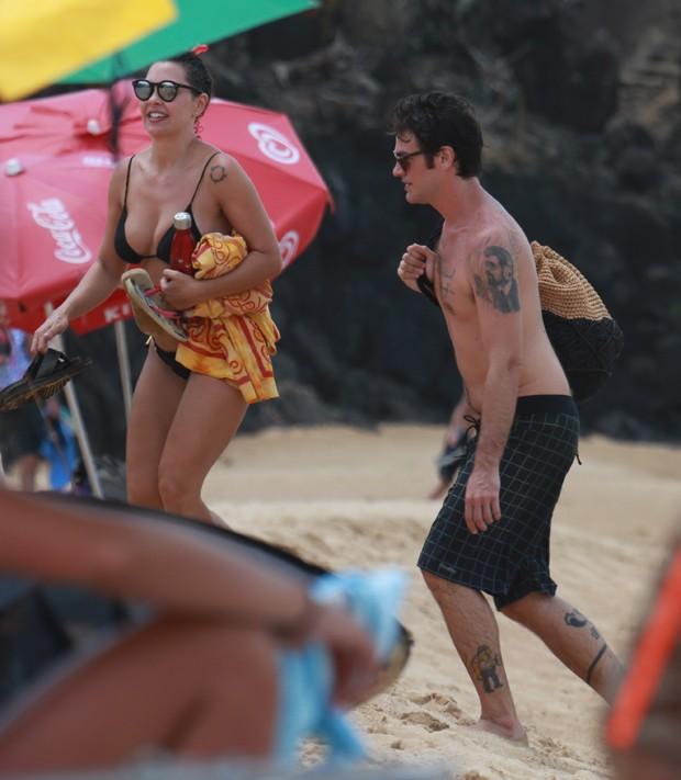 Emilio Dantas e Fabiula Nascimento curtem praia em Noronha (Foto: Agnews)