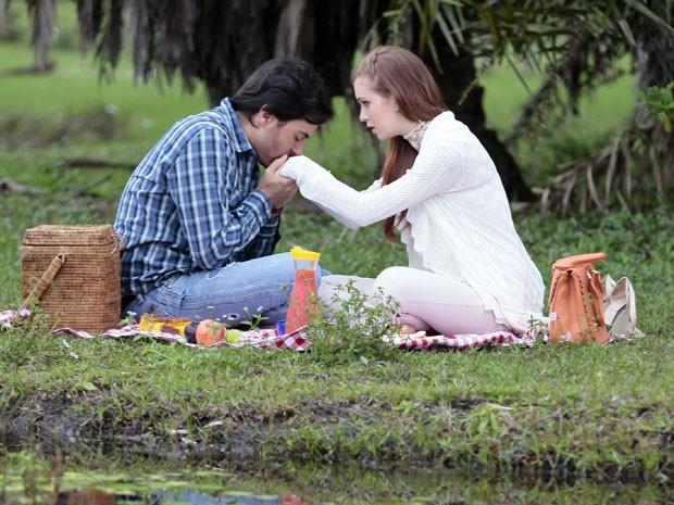 Nicole se emociona ao receber o pedido (Foto: Amor à Vida/TV Globo)