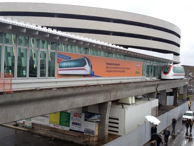 Primeiro aeromóvel do país foi inaugurado neste sábado (10), em Porto Alegre (Foto: Felipe Truda/G1)