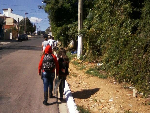 0273c3c41 Calçada em Itupeva sem cimento - reclamação de moradora (Foto: Gislaine  Ercolin Teruel/