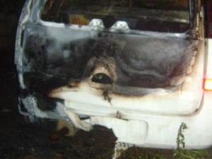 Viaturas da PM ficaram destruídas após incêndio. (Foto: Reprodução/PM)
