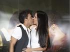 Zezé Di Camargo troca beijos com a Graciele Lacerda em show