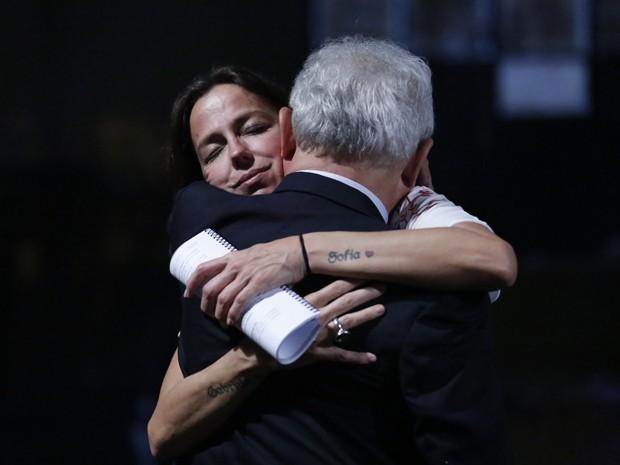 Diretora Roberta Richard abraça Othon Bastos ao fim da cena (Foto: Ellen Soares/ Gshow)
