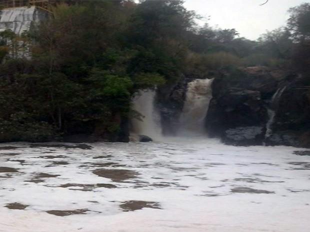Espuma no Rio Santana intriga moradores de Pratápolis, MG (Foto: Reprodução EPTV)