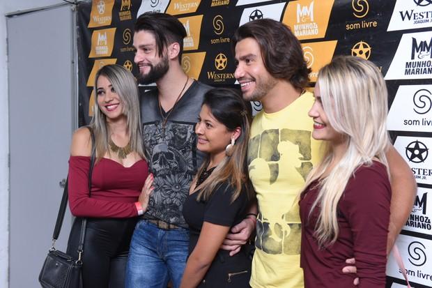 Munhoz e Mariano posam com fãs nos bastidores (Foto: Arnaldo Muniz/Ag.News)