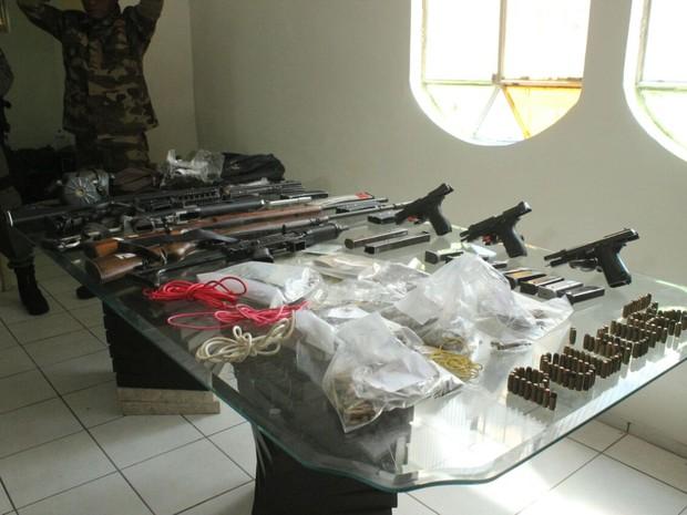 Políciai Civil apreende armas de grosso calibre e munições (Foto: Catarina Costa/G1)