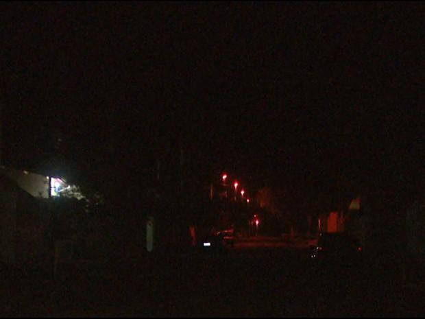 Moradores de São José do Rio Pardo reclamam das lâmpadas queimadas (Foto: Eder Ribeiro/EPTV)